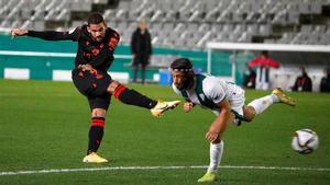 Willian José dispara a gol para marcar el doblete al Córdoba