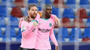 Messi celebra su gol al Levante con Dembélé