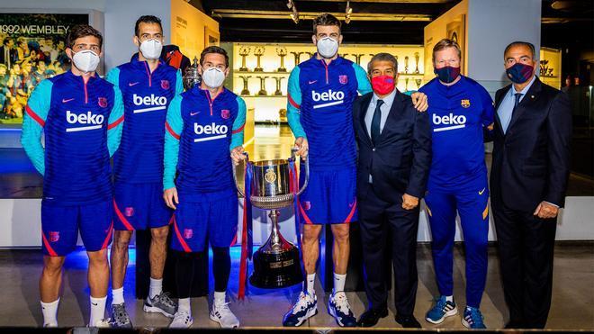 Sergi Roberto, Busquets, Messi, Piqué y Laporta posan con la Copa del Rey