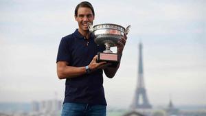 Nadal posa con su decimotercer trofeo de Roland Garros