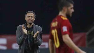 Luis Enrique aplaudiendo a los suyos en la victoria por 6 a 0 frente a Alemania