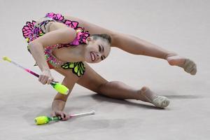 La gimnasta bielorrusa medallista de bronce, Anastasiia Salos, compite en el evento final completo individual senior durante el 36o Campeonato Europeo de Gimnasia Rítmica en Kiev.