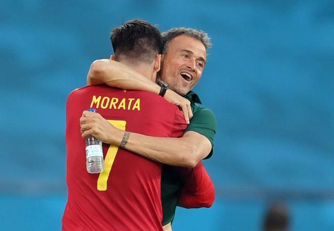 Luis Enrique se abraza con Morata tras el gol a Polonia