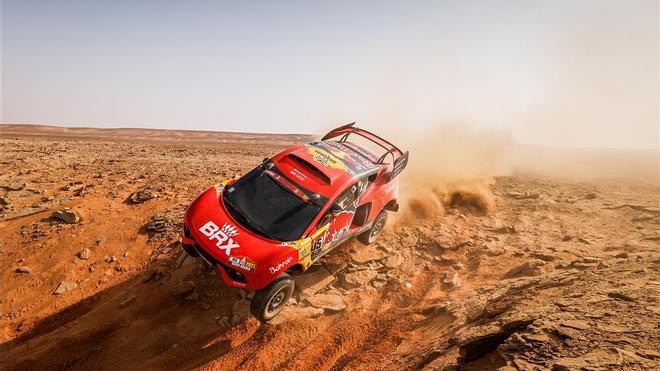 Sebastien Loeb, surcando una duna en el desierto saudí