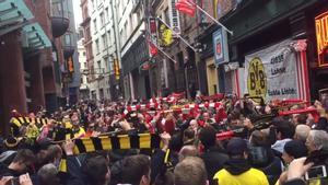 Dortmund y Liverpool cantan juntos el Youll Never walk alone