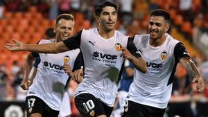 Carlos Soler, junto a Maxi y Chreyshev