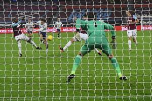 El centrocampista inglés del Aston Villa Jack Grealish (3L) dispara para marcar su primer gol pasado el portero polaco del West Ham United, Lukasz Fabianski (R) durante el partido de fútbol de la Premier League inglesa entre West Ham United y Aston V