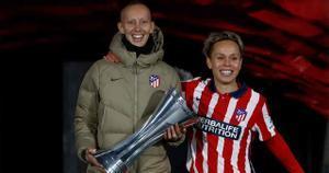 ¡Qué emocionante! Abrazo y gesto para el recuerdo: Virginia Torrecilla levanta el título del Atlético en la Supercopa femenina