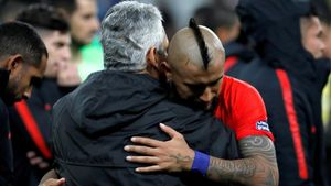 Arturo Vidal abrazándose con Reinaldo Rueda en un partido con Chile