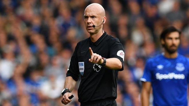 Anthony Taylor arbitrando al Chelsea en la Premier League