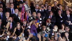 El momento cumbre: Xavi levantando la Copa después de ganar la final al Athletic en el Calderón (0-3)