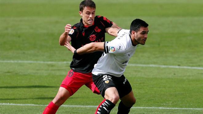 Maxi Gómez lucha por un balón ante Ander Guevara, de la Real Sociedad