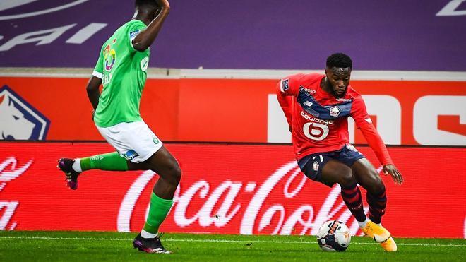 Bamba (derecha) durante un lance de partido