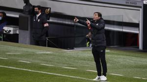 Marcelino dando órdenes durante el partido contra el Barça