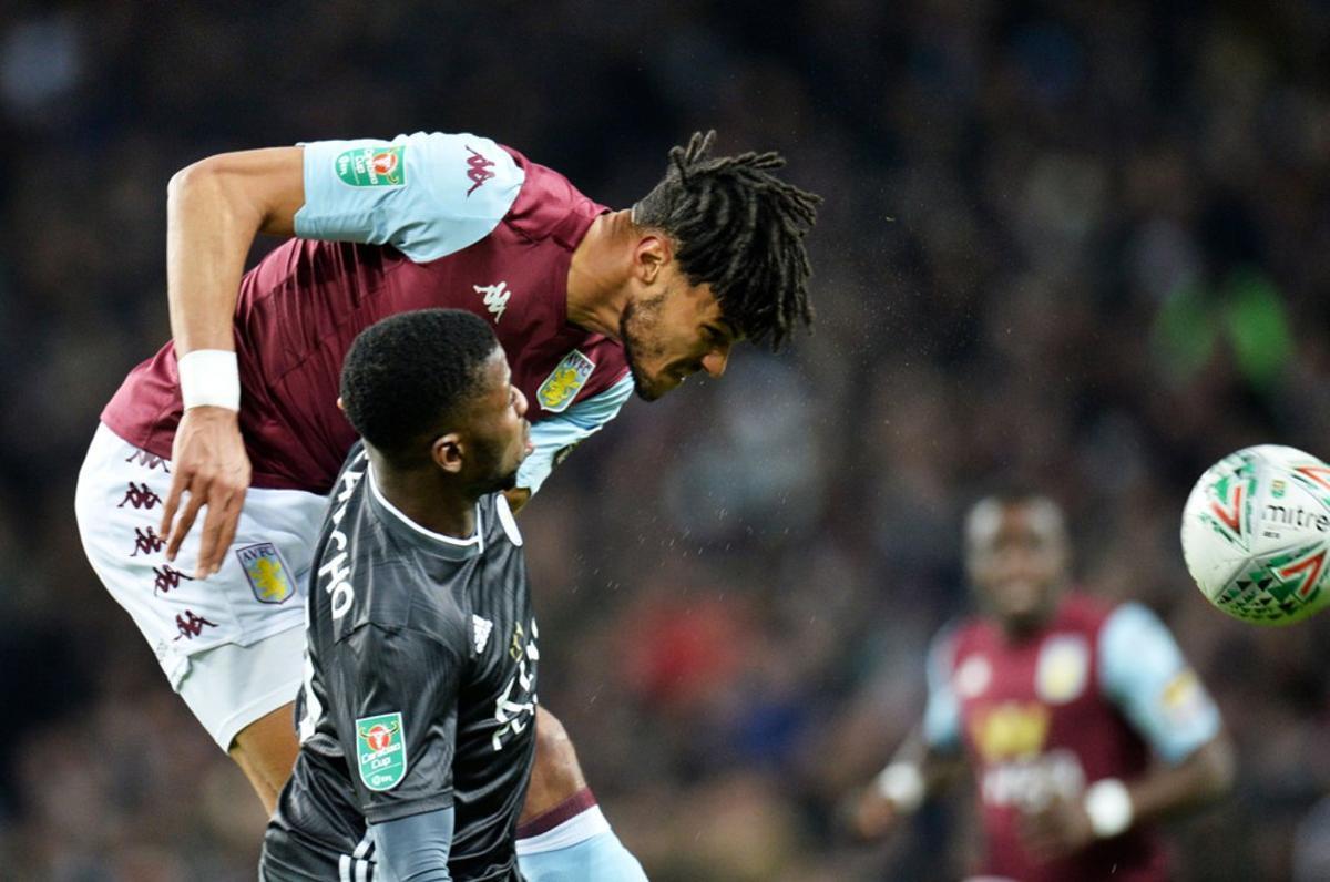 Tyrone Mings del Aston Villa en acción contra Kelechi Iheanacho del Leicester