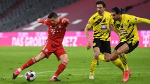 Lewandowski dispara ante la mirada de Hummels y Emre Can