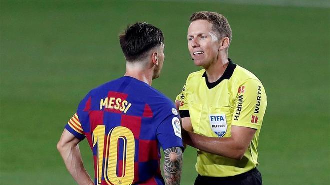 Hernández Hernández, en una acción con Messi.