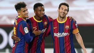 Philippe Coutinho, Ansu Fati y Leo Messi celebran un gol del Barça en la temporada 2020/21