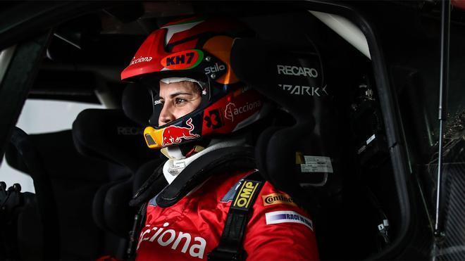 Laia Sanz se pasa a las cuatro ruedas en Dubai