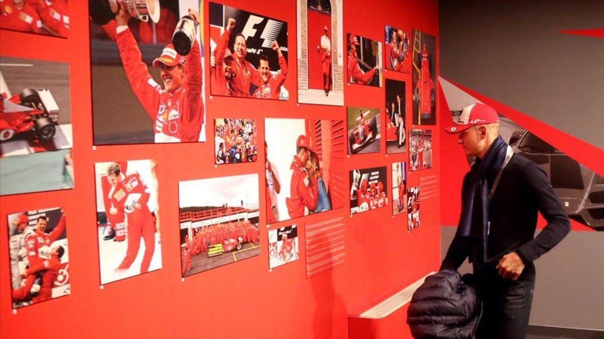 Mick Schumacher en la exposición dedicada a su padre