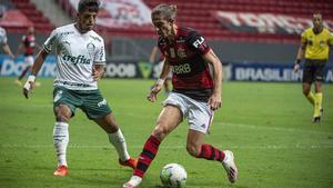 Filipe Luis controla el balón ante la presión de Gabriel Menino