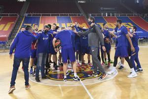 Pau Gasol visita a sus compañeros del Barça