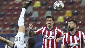 Giroud, poco antes de perforar la portería del Atlético