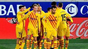 Los jugadores del Barça celebran el gol de De Jong al Huesca