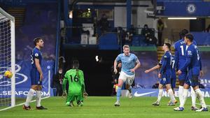 De Bruyne celebra un tanto en Stamford Bridge