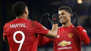 Martial y Rashford celebrando un gol del United.