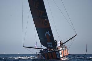 El patrón francés Kevin Escoffier navega en su Imoca 60 manohull PRB mientras participa en la carrera Azimut Trophy de 48 horas, que incluye una vuelta en el Océano Atlántico, el último enfrentamiento antes de la carrera en solitario de la Vendée G