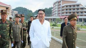 Kim Jong-Un pasea con un look veraniego por su nueva ciudad