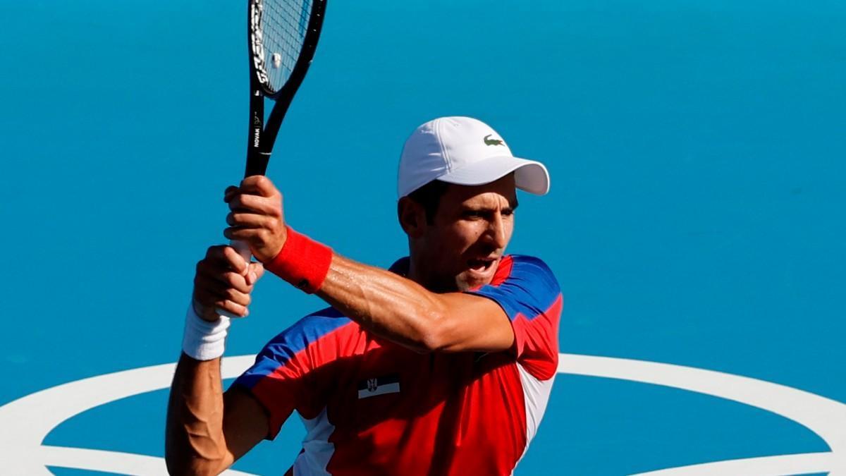 Djokovic vence sin apuros al boliviano Dellien en su debut en Tokio