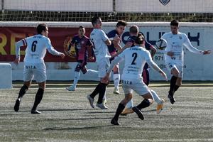 Jugadores de Valladolid y Peña Deportiva pelean por el balón