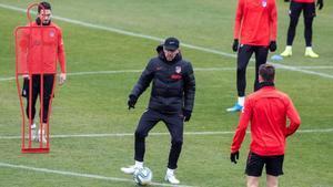 Diego Pablo Simeone (centro) dirige un entrenamiento del Attético de Madrid