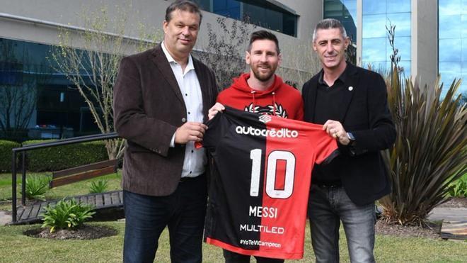 Cristian DAmico (vicepresidente segundo) y Juan José Concina (secretario) entregaron la elástica de Newells a Messi