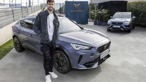 Gerard Piqué personaliza su nuevo Cupra, coche oficial del club, durante un un evento organizado por la marca en la Ciutat Esportiva Joan Gamper.