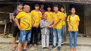 Miembros de la PB Ha Noi repartiendo ayuda entre los afectados por las inundaciones