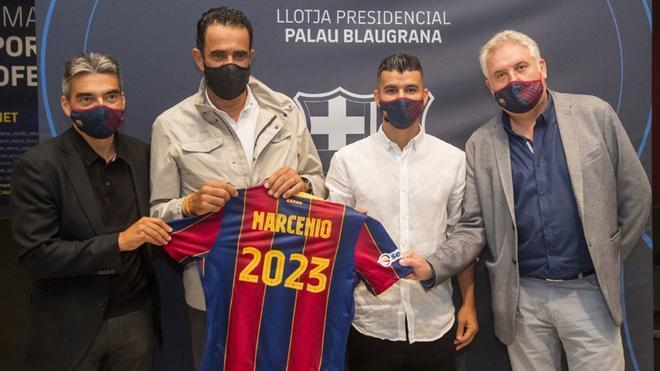 Albert Soler, Josep Ramon Vidal-Abarca y Txus Lahoz flanquaron a Marcenio en la fotografía de su renovación