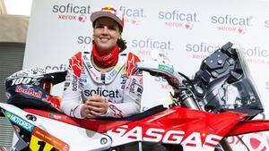 Laia Sanz posa con su moto antes del Dakar