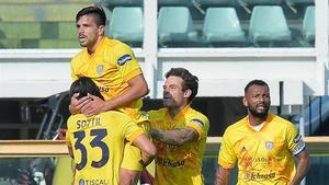 Simeone celebra con sus compañeros su olfato goleador