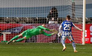 Marc André Ter Stegen durante la tanda de penalties de la primera semifinal de la Supercopa de España de fútbol entre la Real Sociedad y el FC Barcelona que se disputa en el Nuevo Arcángel, en Córdoba