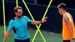 José Bordalás, durante un entrenamiento con el Valencia