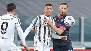Cristiano Ronaldo, de la Juventus, y Amir Rrahmani, del Napoli, pugnan por un balón.