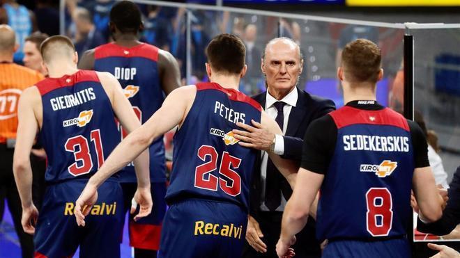 El entrenador del Baskonia, Dusko Ivanovic, saluda a sus jugadores durante un partido