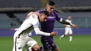 Pellegrini pelea un balón con Lucas Martínez durante el partido