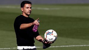 Míchel dirigiendo un entrenamiento del Huesca