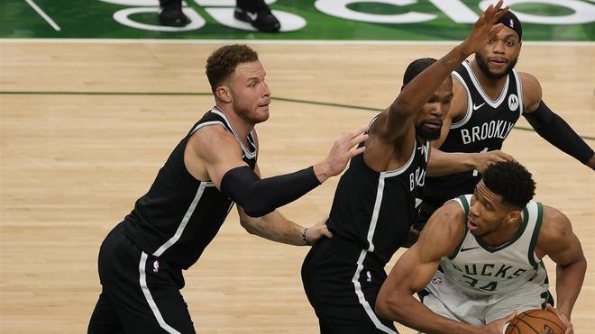 Antetokounmpo, ante la defensa de los Nets
