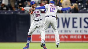 Keon Broxton # 23 y Juan Lagares # 12 de los Mets de Nueva York celebran después de derrotar a los Padres de San Diego por 7-6 en un juego en PETCO Park en San Diego, California.