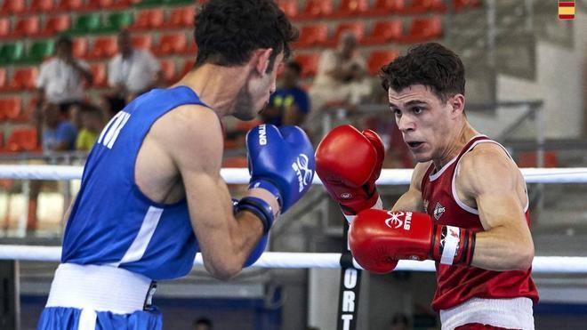 Gabriel Escobar enfrentándose a su rival